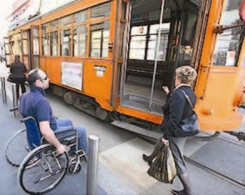 Disabile che non riesce a salire sull'autobus
