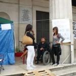 La famiglia Tempesta, coniugi disabili dormono in una tenda sotto il Comune.