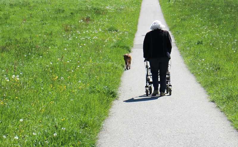 Anziana a Passeggio con Deambulatore